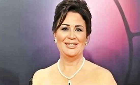 الهام شاهين تفاجىء متابعيها بظهورها بالحجاب .. شاهد
