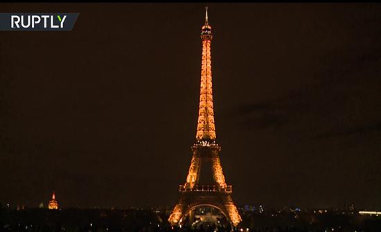 شاهد : باريس تطفئ أضواء برج إيفل حدادا على جاك شيراك