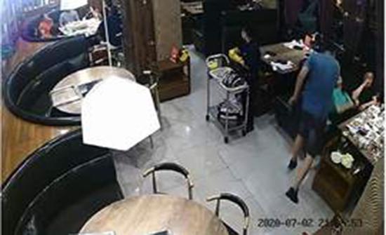 رد فعل الزوج عند مشاهدة زوجته مع عشيقها داخل مطعم في الصين .. بالفيديو