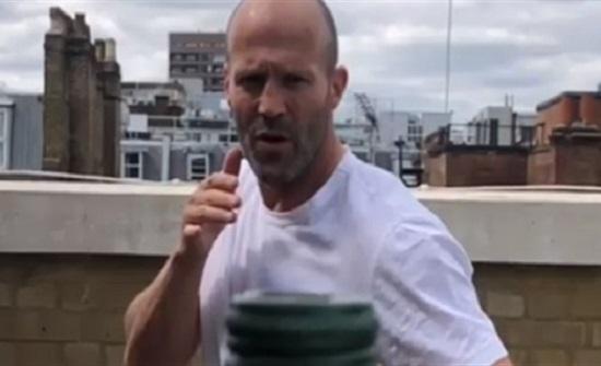 مشاهير يركلون غطاء الزجاجات في تحد جديد عبر الإنترنت (فيديو)
