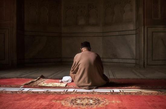 حكم الضحك في الصلاة.. هل يبطلها