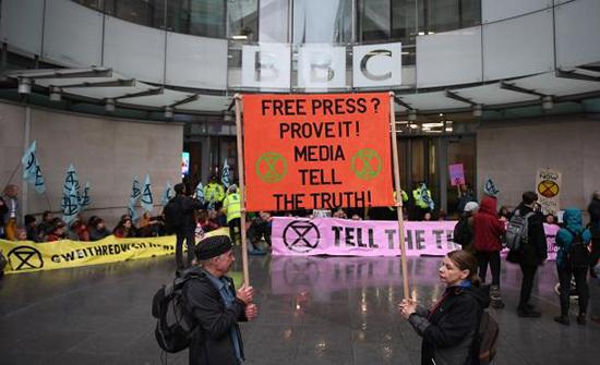 لندن: محتجون على تغير المناخ يغلقون مدخل هيئة بي بي سي