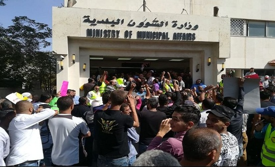 اتفاق لازالة النفايات من المناطق الحرجة المتضررة من اضراب البلديات