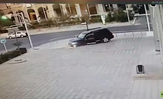 """شاهد : سيارة دفع رباعي تسقط في """"حفرة"""" وسط المدينة في كازاخستان"""