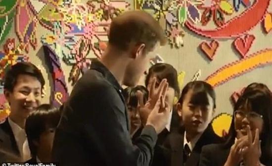 شاهد : يابانية تغازل الأمير هاري ورد فعله أحرجها