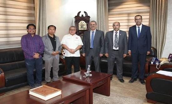 بحث تعزيز التعاون بين جامعة آل البيت والجامعات الماليزية