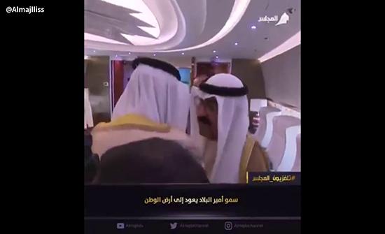 بالفيديو : أمير الكويت يعود إلى وطنه بعد خروجه من مستشفى أمريكي