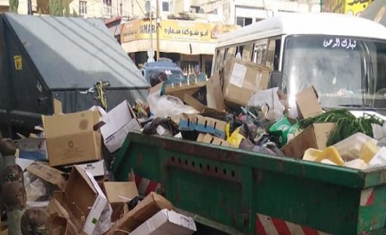 شكاوى من تراكم النفايات امام مسجد إربد الكبير