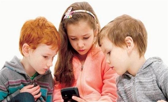 تحذير من السماح للأطفال باستخدام المحمول قبل سن عشر سنوات