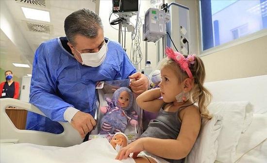 طلبت منه طلبا غريبا.. وزير الصحة التركي يزور الطفلة المعجزة آيدا