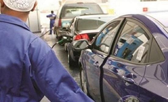 بالفيديو..عامل بمحطة وقود يتعرض للإهانة والضرب في دولة عربية