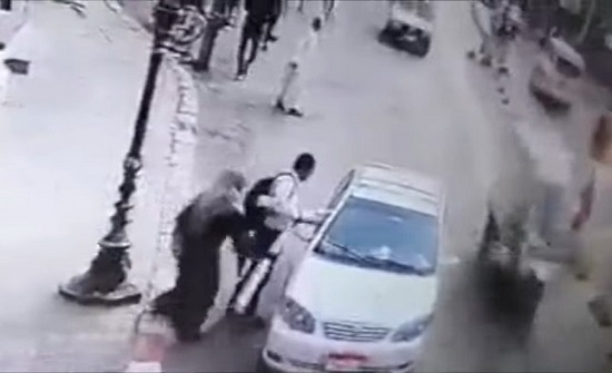 سيدة مصرية تعتدي على المارة وسط الشارع.. فيديو!