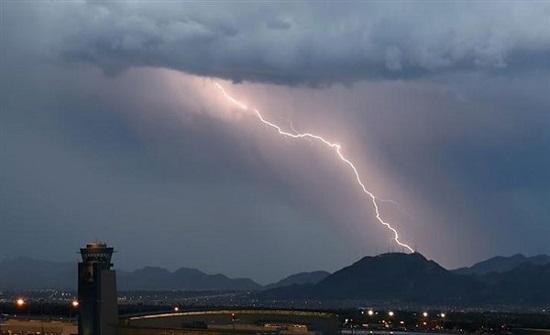 إلغاء 56 رحلة جوية وتأجيل 71 بسبب عاصفة رعدية جنوب غرب الصين