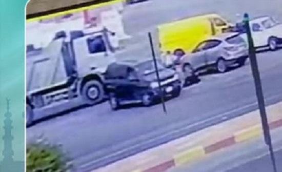 زوج يلقي زوجته من السيارة ويدهسها في السعودية (فيديو)