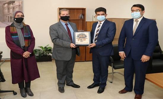 """رئيس """" عمان العربية """" يكرم الدكتور ليث أبو عليقة"""