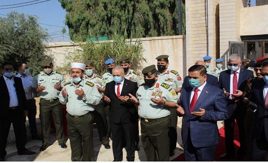 وزير الدفاع العراقي يزور مقبرة الشهداء في المفرق