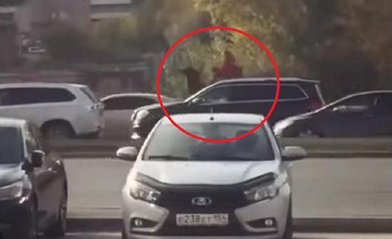 بالفيديو: فتاة تعتلي جملا في الشوارع الروسية