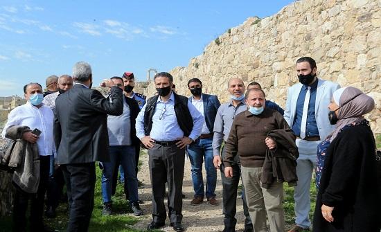 وزير السياحة يطلع على الخطط للمسارات السياحية بين المدرج الروماني وجبل القلعة