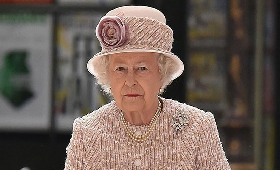 صور.. إطلالة شبابية للملكة إليزابيث تخطف الأنظار
