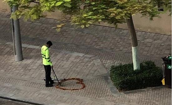 عامل نظافة في دبي يهز المشاعر بصورة مؤثرة