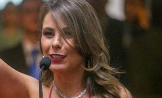 بالصور.. نائبة برازيلية تثير الجدل بملابس مكشوفة وهي تؤدي القسم