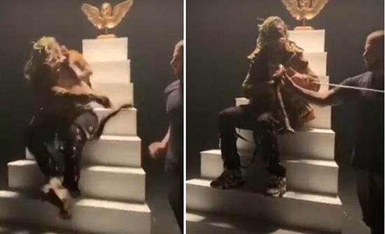 """بالفيديو: الفنان """"بامب """" يتعرض للدغة أفعى خلال تصويره فيديو كليب"""