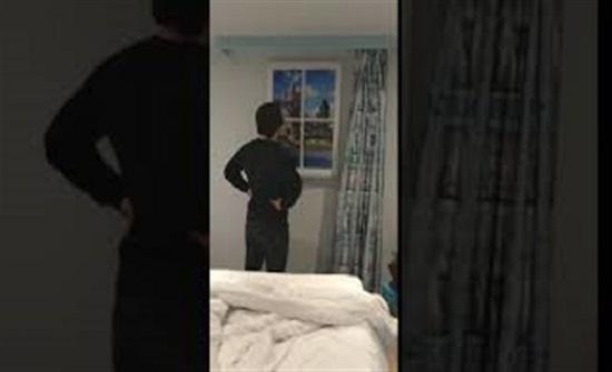 مفاجأة غير متوقعة لرجل داخل غرفة فندق (فيديو)