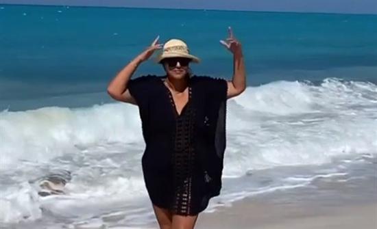 هالة صدقي بملابس البحر الفاضحة من أمام الشاطئ .. بالفيديو