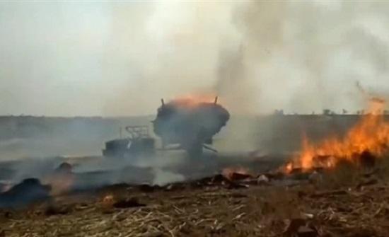 النيران تلتهم عربة مليئة بالقش (فيديو)