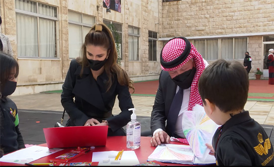 الملك يمضي ظهيرة يومه بين أطفال مؤسسة الحسين لرعاية الأيتام .. بالفيديو