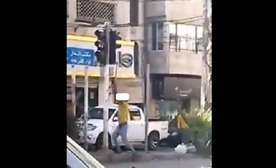 شاب يحطم اشارة ضوئية في عجلون بالفأس