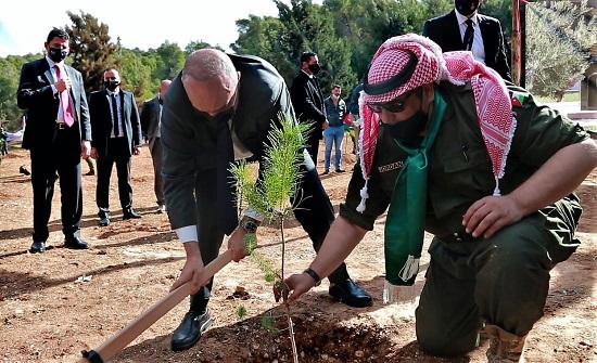 مندوبا عن الملك.. رئيس الوزراء يرعى الاحتفال بيوم الشجرة