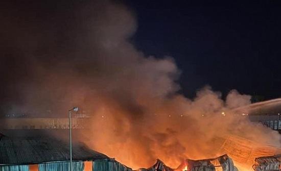 """بالفيديو : حريق كبير داخل  """" هنجر """" في مدينة الموقر الصناعية"""