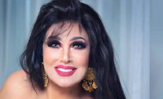 """الراقصة """"العجوز"""" فيفي عبده توزع قبلات على متابعيها بصدرها المكشوف وتثير الجدل"""