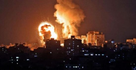 طائرات الاحتلال تقصف مبنى البنك الوطني وسط قطاع غزة