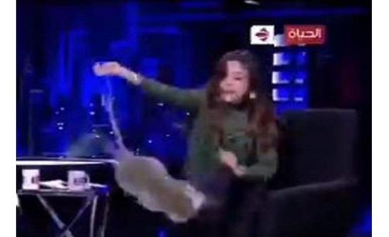 """على الهواء.. """"قرد"""" يتحرش بإعلامية مصرية والأخيرة تهرب وتترك الاستديو"""