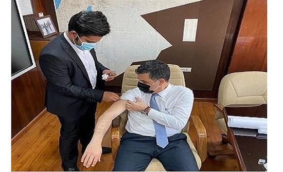 صورة : وزير المياه يتلقى اللقاح الصيني