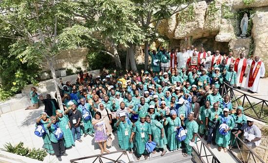 """وفد حجاج من غينيا يحتفل بعيد """"يوحنا المعمدان"""" في كنيسة ناعور - صور"""