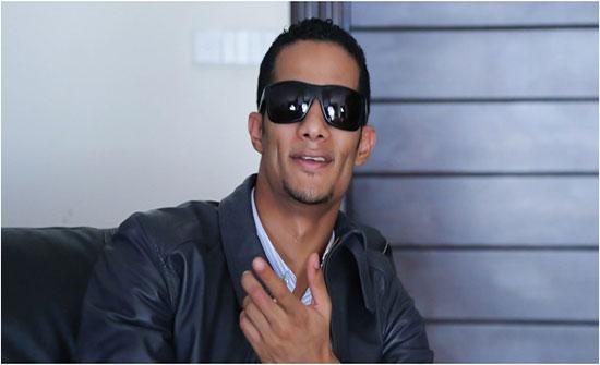 محمد رمضان يستعرض خواتمه من الذهب والألماس في لقاء تلفزيوني (فيديو)