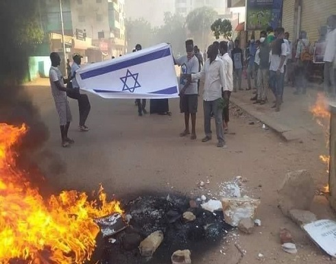 سودانيون يحرقون علم الاحتلال بالخرطوم.. واحتجاجات جديدة