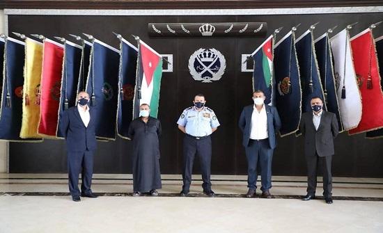 الحواتمة يكرم ضابطين متقاعدين لتعاونهما في كشف قضيتين مهمتين