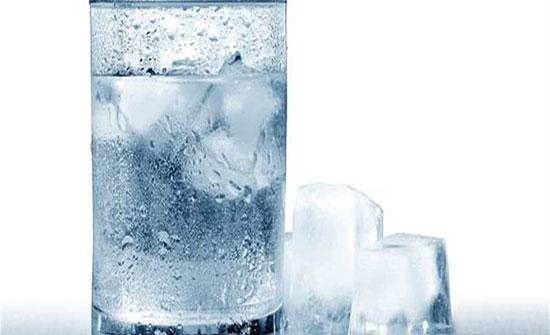 توقفوا عن شرب الماء المثلج حتى في أيام الحر.. لهذا السبب