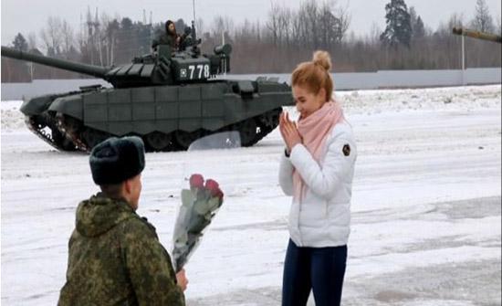 ضابط روسي يطلب يد حبيبته بـ16 دبابة (فيديو)