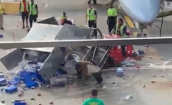 شاهد: موظفي مطار أمريكي يفقدون السيطرة على شاحنة التموين