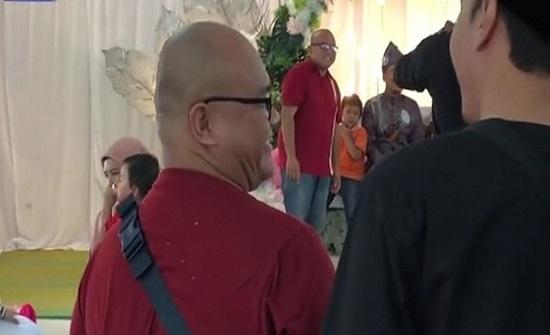 بالفيديو.. حالة ذهول تصيب رجلا اصطدم بشبيهه في حفل زفاف