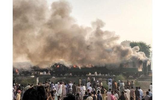 باكستان : ارتفاع حصيلة ضحايا حريق القطار إلى 74 قتيلًا