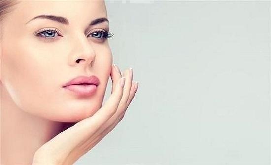 أهم منتجات التجميل التي تؤثر سلباً على بشرتك