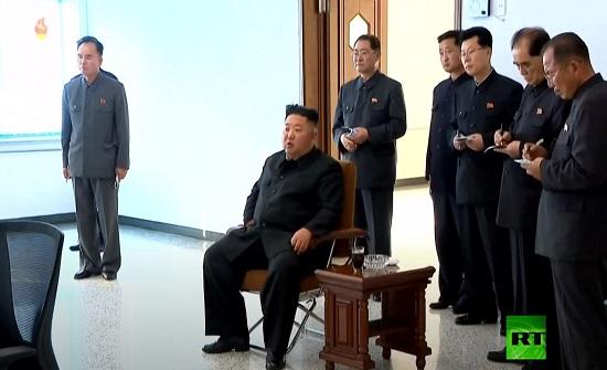 شاهد.. رئيس كوريا الشمالية يدخن ويضحك رغم الشائعات عن مصيره