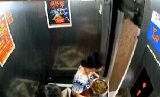 لقطات صادمة لامرأة تقفز من «أسانسير» لحظة تحركه (فيديو)