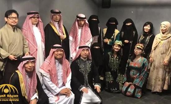 بالفيديو .. يابانيون بالنقاب والشماغ يحتفلون بالسعودية